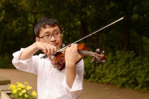 公園のベンチでヴァイオリンをひきながら・いちろーたの写真