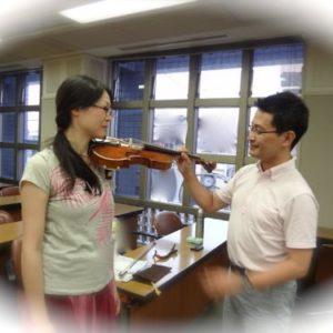 ヴァイオリンの構え方と肩当てのレッスンの様子