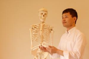 骨格模型ヘンリーくんの手を取るいちろーた