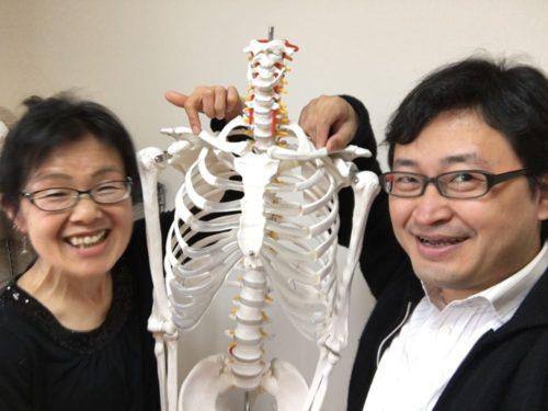 構えの実験学習会に参加してくださったバイオリン奏者Uさんといちろーたと骨格模型の太郎くん
