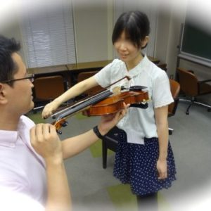 写真。バイオリン演奏を探求する様子